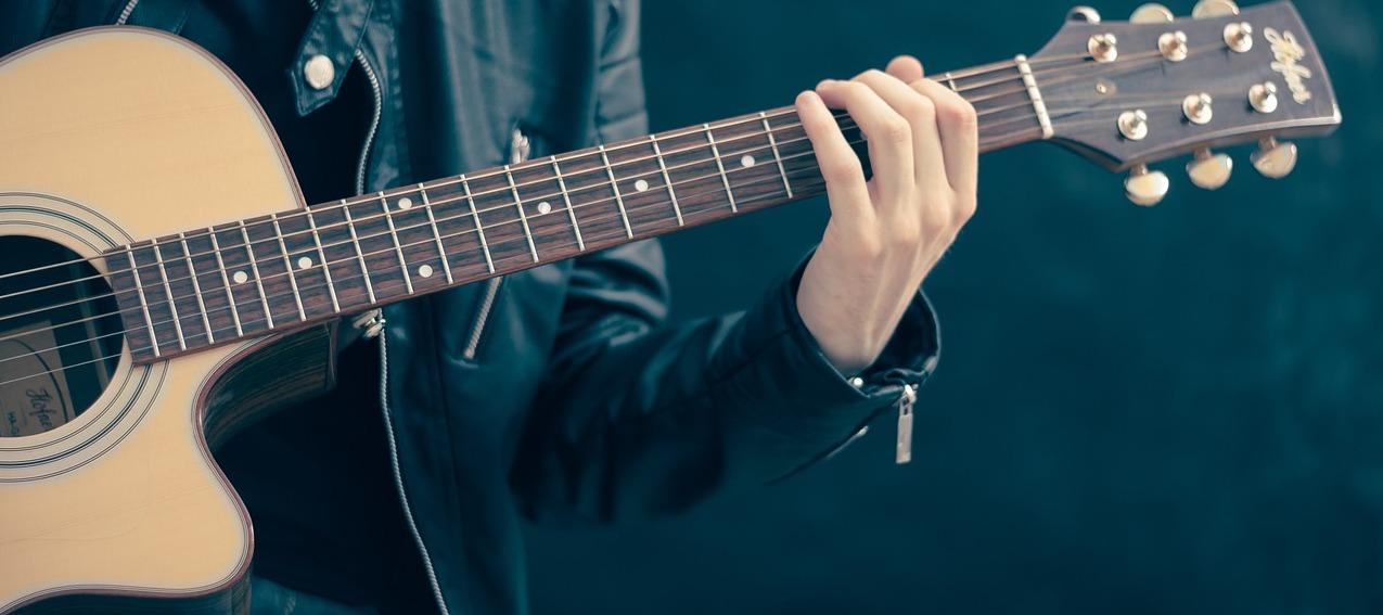 Akustische Gitarre nach klassischem Prinzip stimmen