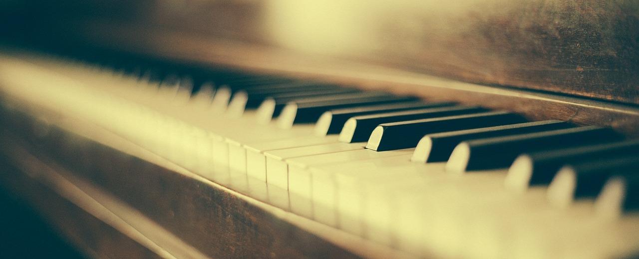 Wie hieß nochmal der blinde Sänger am Klavier